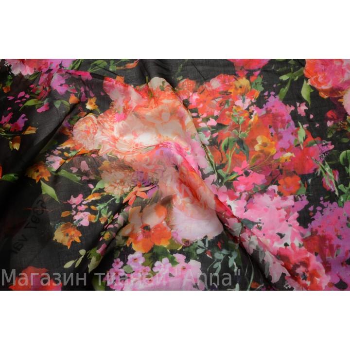 яркий цветочный принт на черном фоне. Цветы в розово-красной гамме