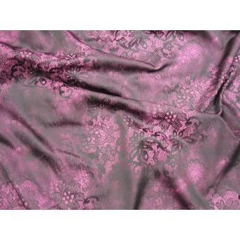 Кружевной рисунок черого цвета на мягком жаккарде, с розовой основой.