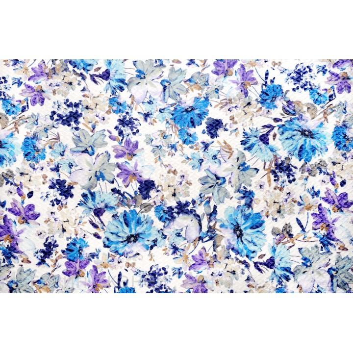 Плотный жаккард с напечатанным принтом из синих цветов на белой основе с рельефной поверхностью.