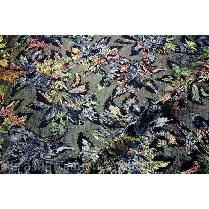 Плотный жаккард с цветами на сером фоне, ткань матовая, хорошо держит форму.
