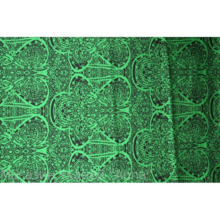 Плотный жаккард с узором в темно зеленом цвете.