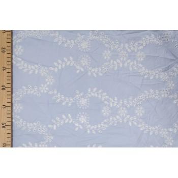 Хлопковое шитье с белой вышивкой на голубом фоне
