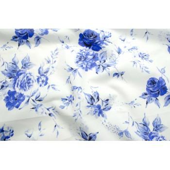 Хлопок с красивыми синими розами на белом фоне
