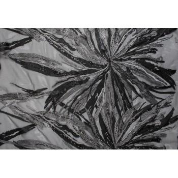 Крупные цветы в черно-сером цвете, вышитые на сетке