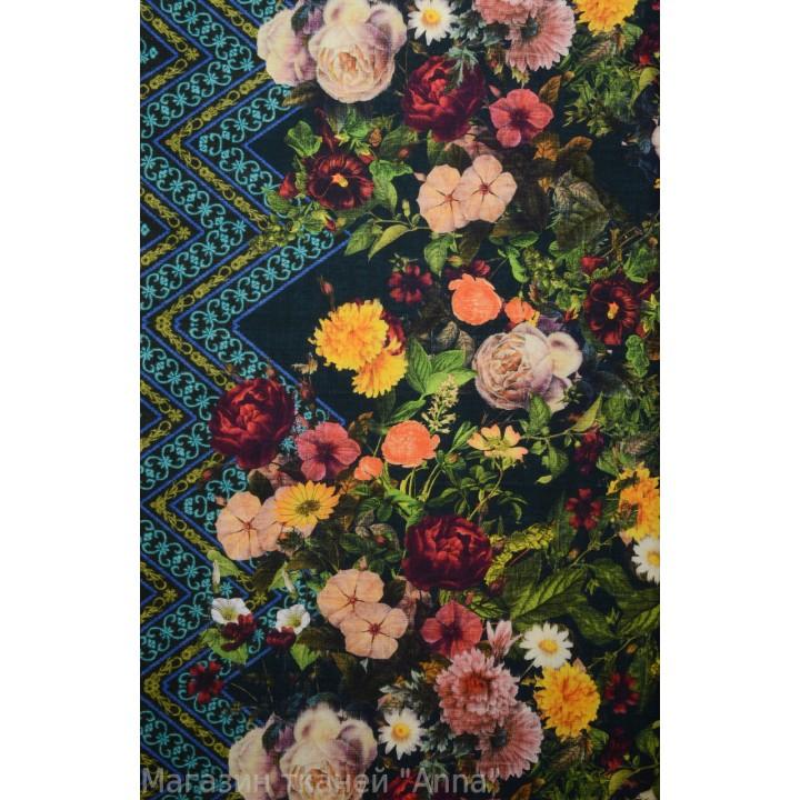 Мягкая костюмная ткань с принтом из цветов.