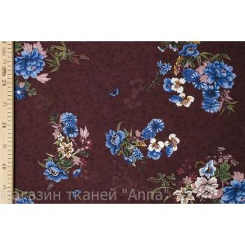 Яркие голубые цветы на темно-бордовом фоне с узором