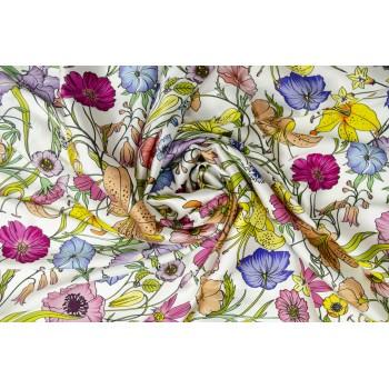 Натуральный шелковый атлас с ярким цветочным узором на светлом фоне