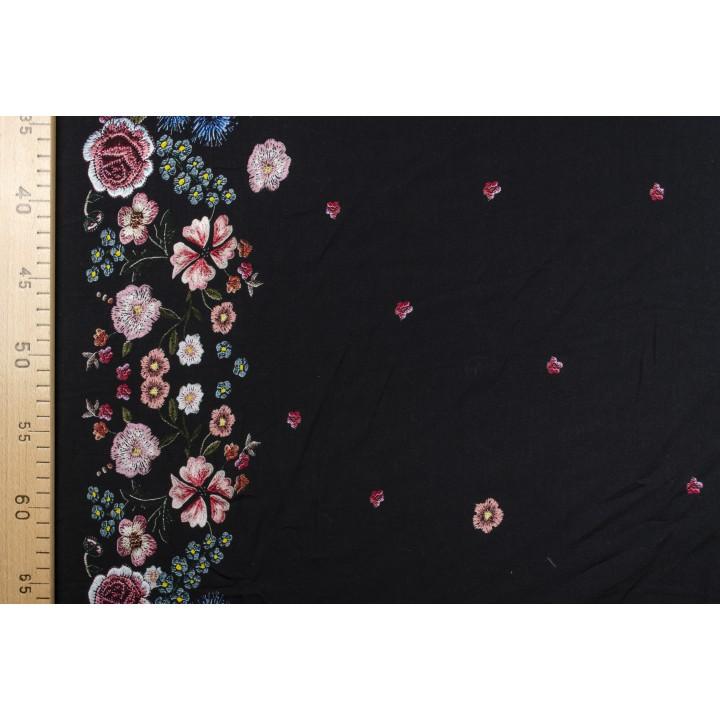 Мягкий струящийся штапель с цветочным узором на черном фоне