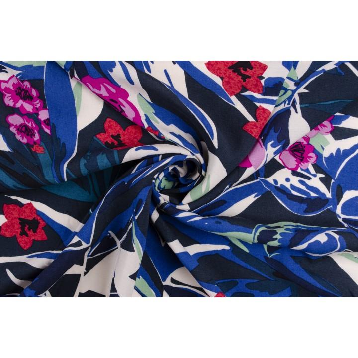 Гладкий штапель стрейч с цветами на синем фоне
